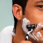 hombre afeitandose